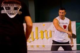 Виталий Кличко играет в теннис